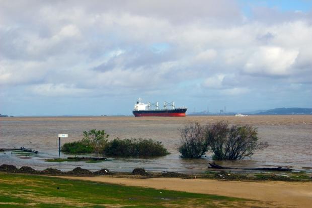 petroleiro rio guaiba porto alegre abussola quebrada