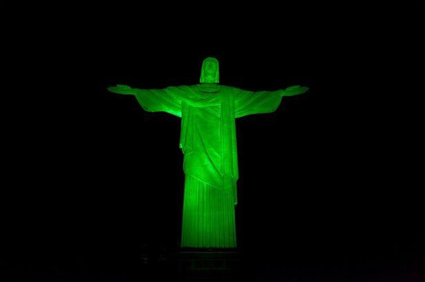 Vários monumentos são iluminados de verde nesse dia. Até aqui no Brasil. (belfastlive.co.uk)