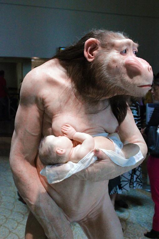 comciencia-patricia-piccinini-monstro-ama-de-leite-bebe-humano