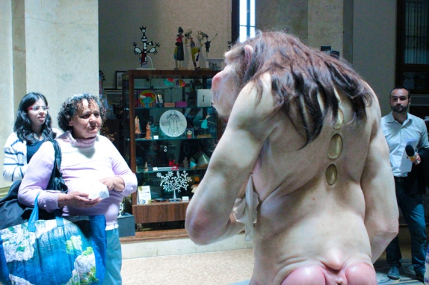 comciencia-patricia-piccinini-monstro-ama-de-leite-bebe-visitantes