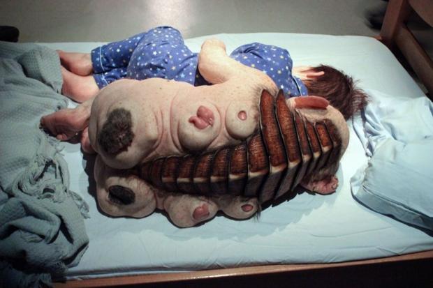 comciencia-patricia-piccinini-monstro-cama-bebe