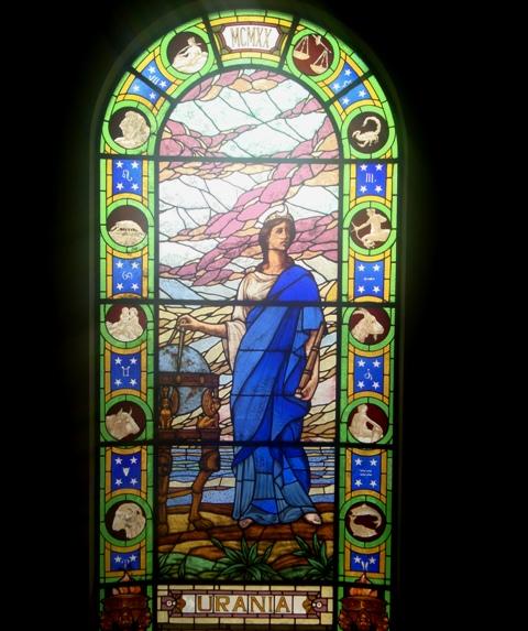 O Prédio é lindo, e os vitrais também têm temas científicos, como as deusas da sabedoria e da ciência.