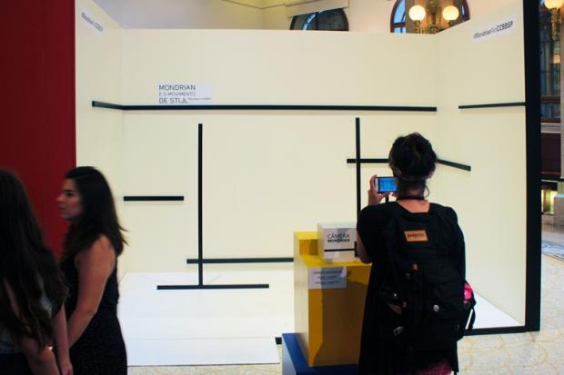 Fotografe aqui para caber dentro de um quadro de Mondrian. O resultado fica perfeito.