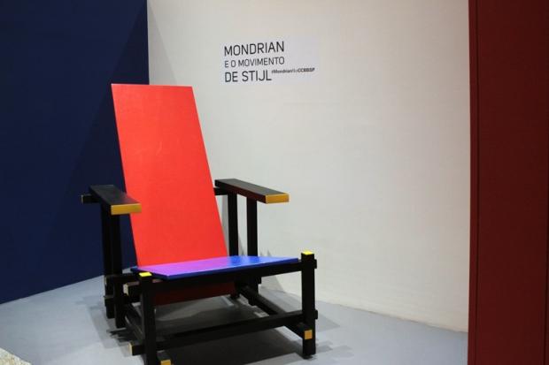 A cadeira. O nome é simples, como é simples a estrutura. Cada peça tem função. Se faltar uma única peça, a cadeira desmonta. Cores primárias. A essência do objeto.