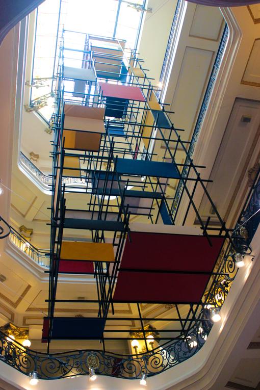 Veja esta armação no vão central do prédio CCBB/SP. Está construída dentro dos padrões e cores modernistas.
