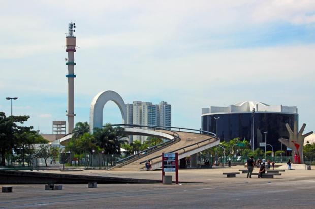 Acesso entre a Praça Cívica e o anexo e estacionamentos.