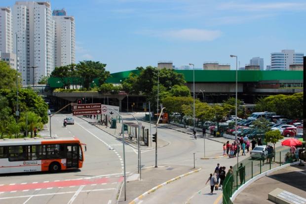 Não tem desculpa para não ir. Tem Metrô na porta do Equipamentos do Memorial da América Latina e terminal de ônibus.