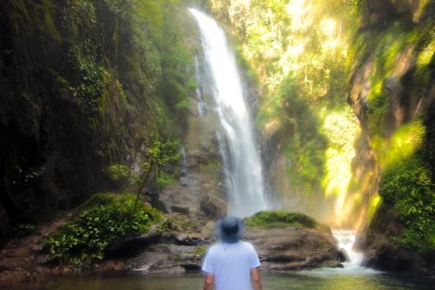 amigo-observando-cachoeira-de-meu-deus