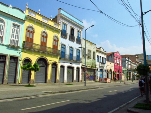 A Rua Sacadura Cabral, antiga Rua da Saúde, mantém até hoje suas fachadas de características portuguesas. Alguns dos prédios são do século XIX.