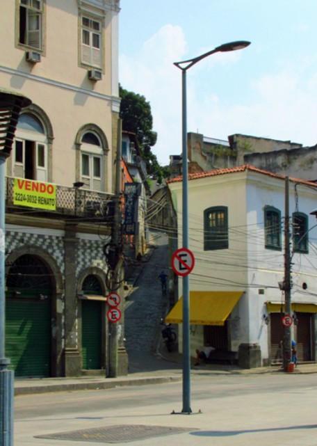 A foto não está das melhores, mas essa é a subida do morro do Livramento. Subindo um pouco, atrás do prédio branco é a casa de Machado de Assis.