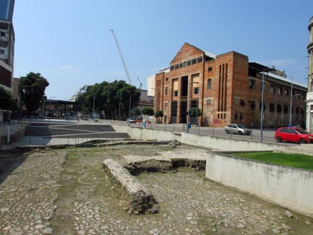 Sítio arqueológico do Cais do Valongo. E o prédio de tijolo, já bastante modificado, são as docas André Rebouças.