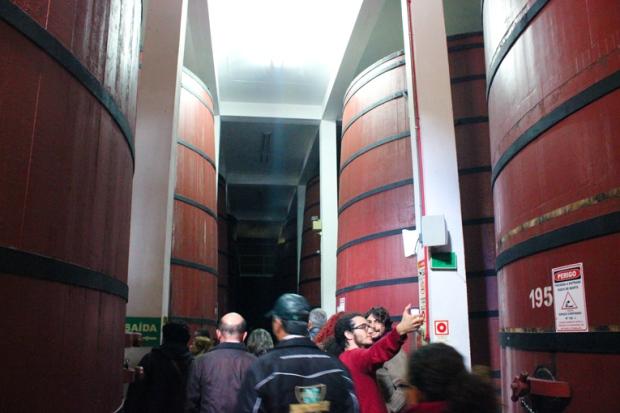 Os barris que as pessoas sempre lembram quando o tema é vinho. Mogno, carvalho, jacarandá, são algumas das madeiras usadas no processo de envelhecimento do vinho.
