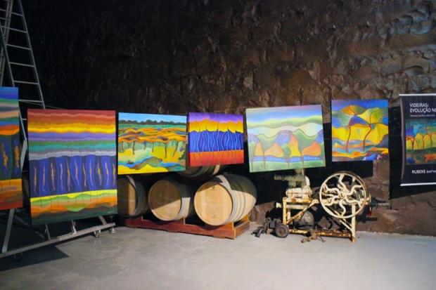 Uma exposição de quadros com o tema de vinho e vinícolas estava em preparação quando visitamos a fábrica da Vinícola Aurora. Tivemos sorte de ver tudo em primeira-mão!