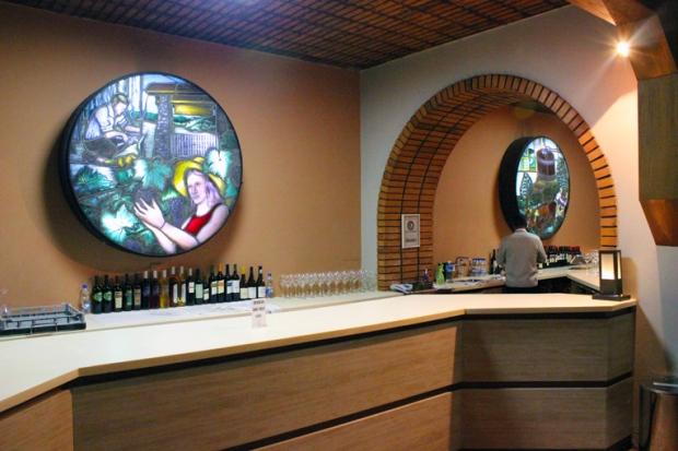 Como numa igreja, com seus vitrais, estes transluminados contam a história das vinícolas, da plantação à fabricação do vinho.