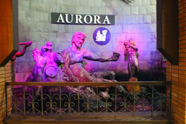 A fonte que jorra vinho. Luzes coloridas e estátuas que remetem à mitologia para celebrar a fabricação de vinho.