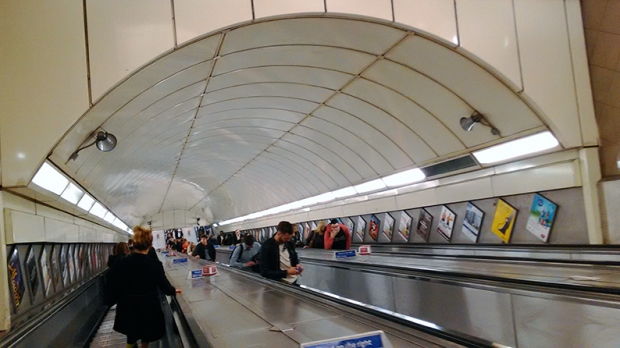 escada-rolante-metro-londres-a-bussola-quebrada