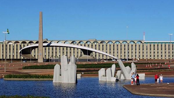 Praça dos Cristais e Quartel Brasília