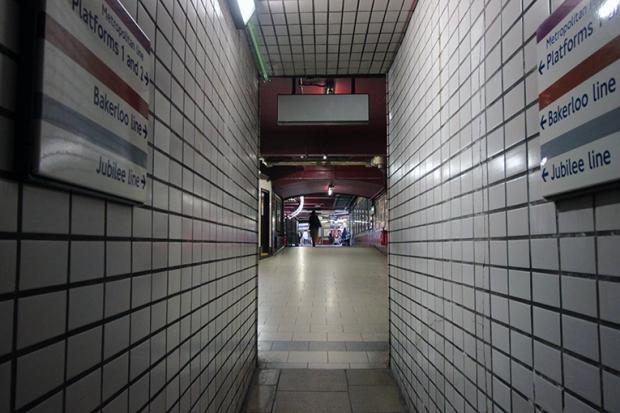 metro-londres-estacao-passagem-a-bussola-quebrada