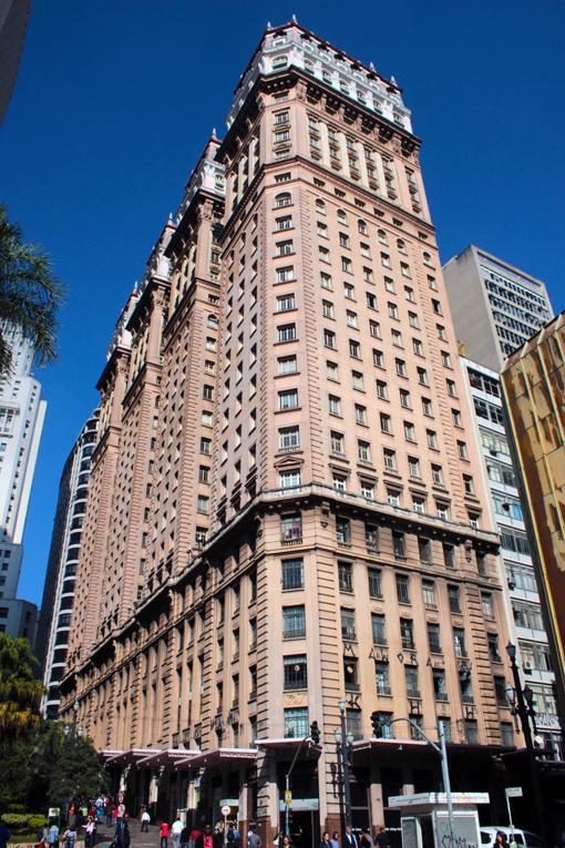 "Lateral do edifício Martinelli. O ""Bolo de Noiva"". Apelido dado por Carlos Drummond de Andrade."