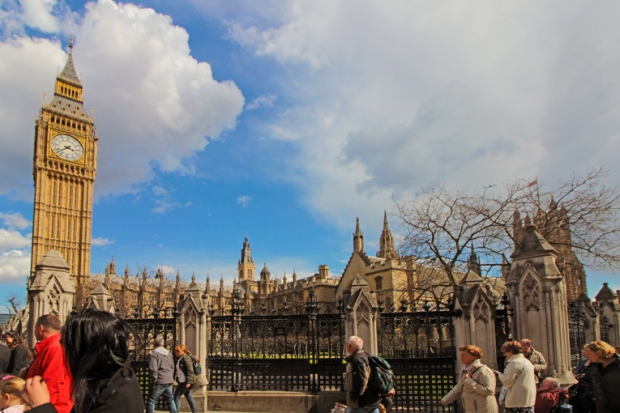 big-ben-visto-da-Parliament-Square-a-bussola-quebrada