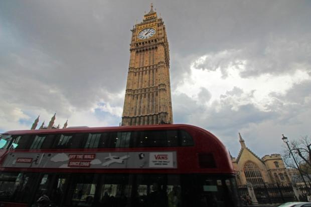 double-deck-bus-onibus-de-dois-andares-torre-do-relogio-a-bussola-quebrada