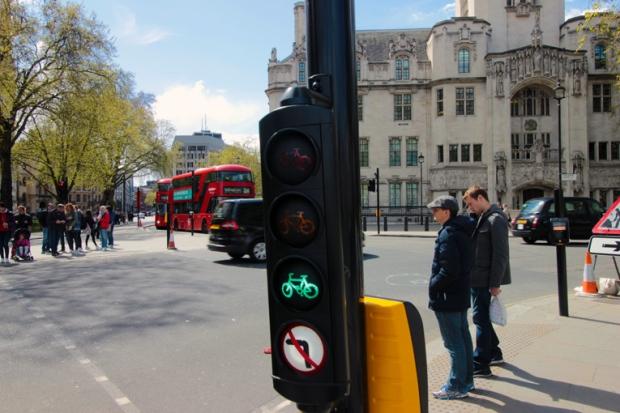 parliament-square-westminster-bike-bicicleta-semaforo-a-bussola-quebrada