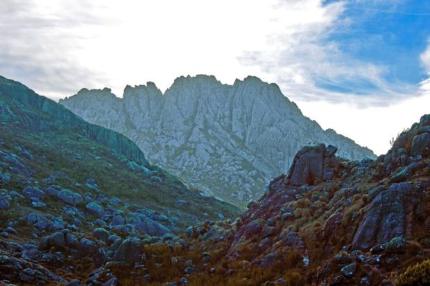 pico-das-agulhas-negras-parque-nacional-itatiaia-a-bussola-quebrada