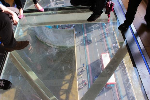 piso-de-vidro-ponte-de-londres-london-bridge-a-bussola-quebrada