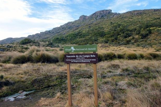 placa-nascente-rio-campo-belo-parque-nacional-itatiaia-a-bussola-quebrada
