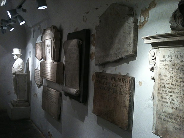 cripta-Saint-Martin-tumulos-lapides