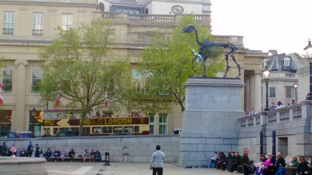 estatua-cavalo-trafalgar-square-a-bussola-quebrada