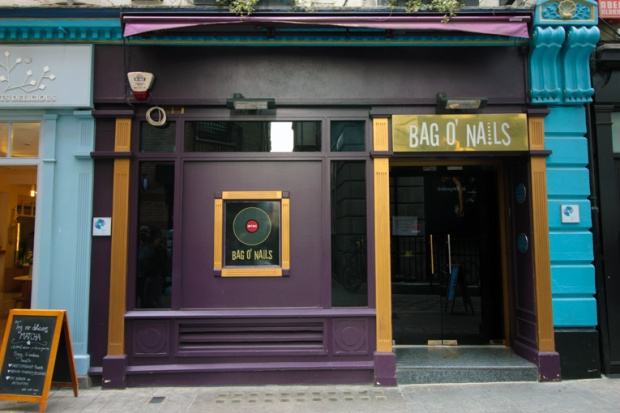 bar-pub-astros-londres-picadilly-rock-a-bussola-quebrada
