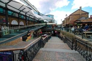 Praça na entrada, lojas de presentes, carrinhos de comida e escadas par ao sinistro subsolo. Só para os curiosos.