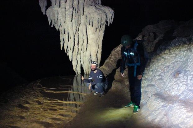 estalactite-travertino-caverna-teminina-a-bussola-quebrada
