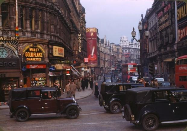 A esquina da Piccadilly Circus é bem famosa. Olha esta foto de época. Foto de Chalmers Butterfield.