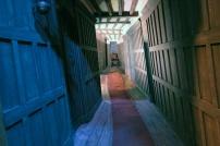 Corredores sinistros e passagens secretas.