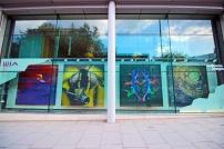 Fotografias e desenhos na fachada da Wellcome Collection de Euston.