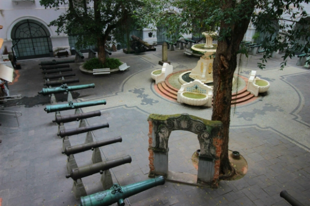 museu-historico-nacional-patio-dos-canhoes-vista-a-bussola-quebrada