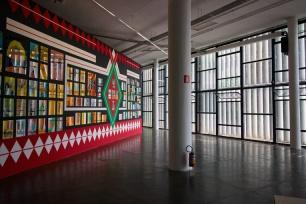 Cores vivas, primárias. E o contraste com a modernidade involuntária das janelas do Prédio da Bienal