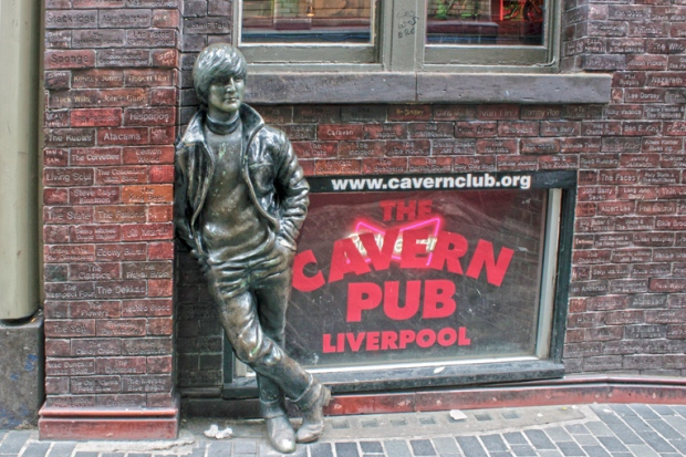 estatua-john-lennon-cavern-club-a-bussola-quebrada