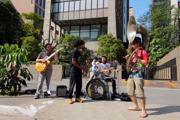 musicos-banda-avenida-paulista-a-bussola-quebrada