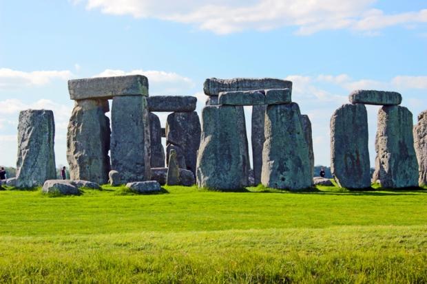 stonehenge-circulo-pedra-pessoas-a-bussola-quebrada