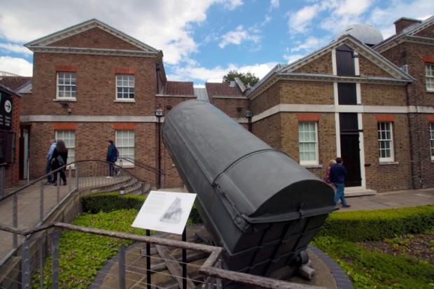 antigo-telescopio-greenwich-a-bussola-quebrada