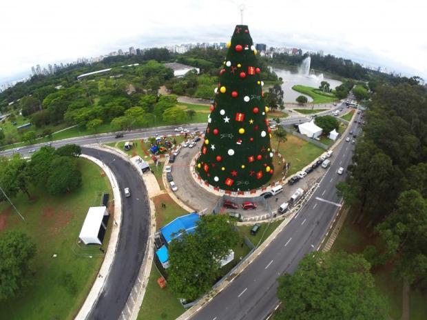 arvore-de-natal-do-parque-ibirapuera-2014-foto-rafael-neddermeyer-fotos-publicas_201412130001-850x637