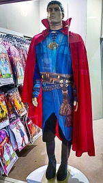 E já que estamos falando em doutores, um traje do Dr. Estranho para um dia de festa.