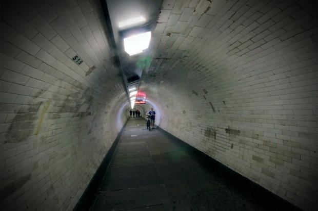 passagem-subterranea-cutty-sark-tamisa-a-bussola-quebrada