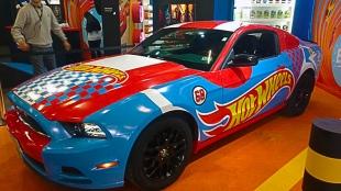 Brinquedos gigantes, como o carro Hot Wheel en tamanho real.