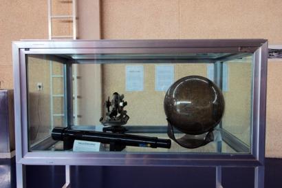 Astrolábio, esfera de mármore, luneta. Instrumentos para a observação do céu.