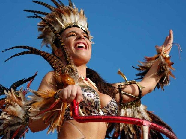 Alegria, música, cor e muito samba deram hoje vida à baía de Sines, onde desfilaram cerca de mil pessoas no corso carnavalesco, que contou com 19 carros alegóricos e com algumas brincadeiras de grupos foliões, Sines, 6 de março de 2011. TIAGO CANHOTO/LUSA