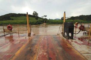 A balsa desliza suave pelo Rio Ribeira de Iguape. Mas em tempos de chuva, já vi este rio subir muito.